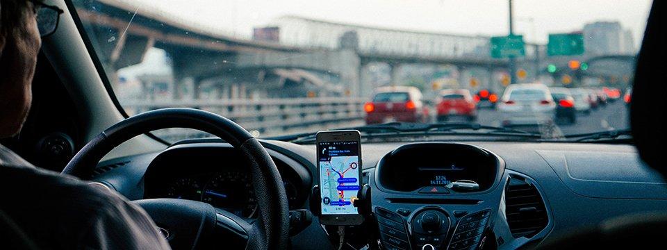 Telefonieren unterwegs: Hände ans Steuer, nicht ans Handy!